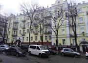 Административное здание с цокольным и мансардным этажом в Печерске.